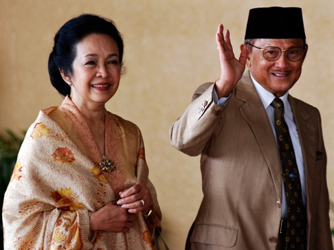http://weirdaft.files.wordpress.com/2010/05/78237_pelantikan_presiden___bj_habibie.jpg